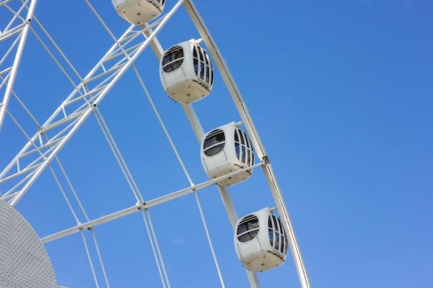 La grande roue moderne contre le ciel bleu