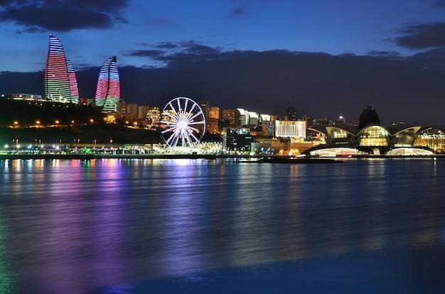 Grande roue panoramique, centre de divertissement commercial et centre hôtelier sur la côte de la mer caspienne à bakou