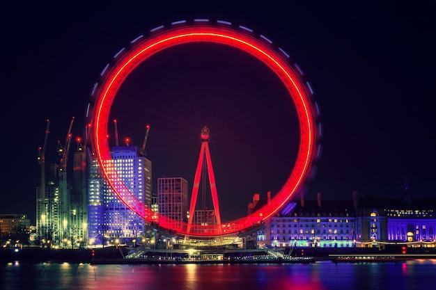 Grande roue pendant la nuit