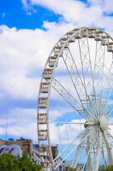 Grande roue roue de paris sur la place de la concorde depuis le jardin des tuileries à paris, en france