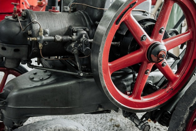 Grande roue rouge de la vieille arme de guerre