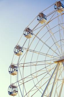 Grande roue sur une surface bleue verticalement