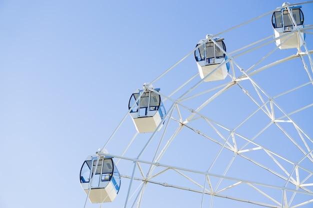 Grande roue sur la surface du ciel bleu