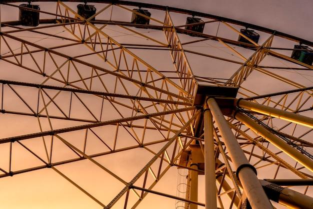 Grande roue traitée et coucher de soleil. vue de dessous