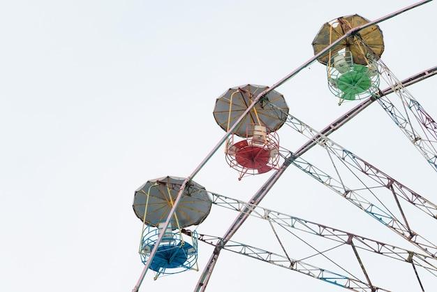 Grande roue vintage, vieux carrousel au cirque.