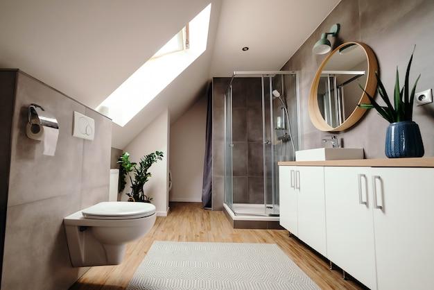 Grande salle de bain moderne avec des équipements de luxe.