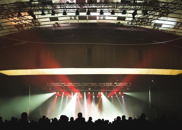 Grande salle de concert remplie de spectateurs devant la scène.