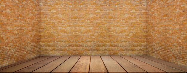 Grande salle vide dans un style grange avec plancher en bois
