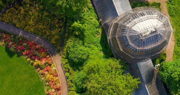 Grande serre en verre dans le parc. pour la recherche scientifique sur la culture des plantes.
