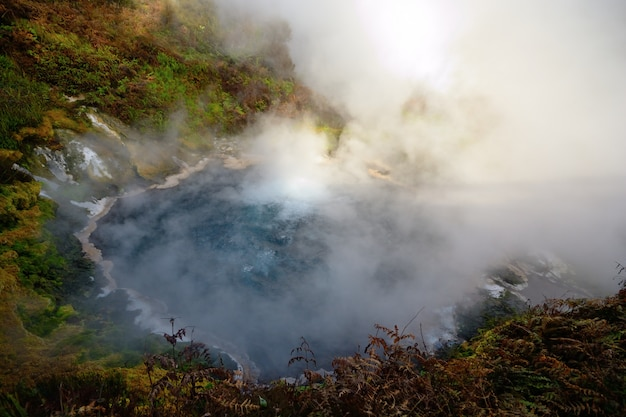 La grande source d'eau chaude géothermique dans le district de rotorua en nouvelle-zélande