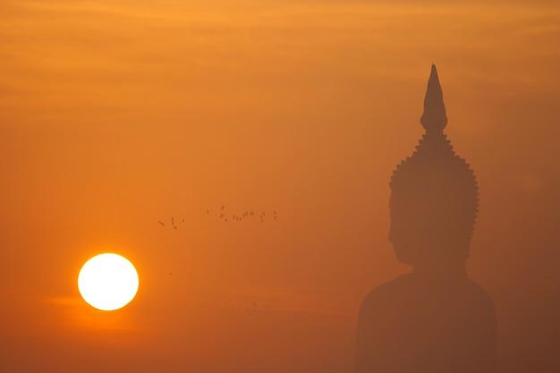 Grande statue de bouddha au coucher du soleil