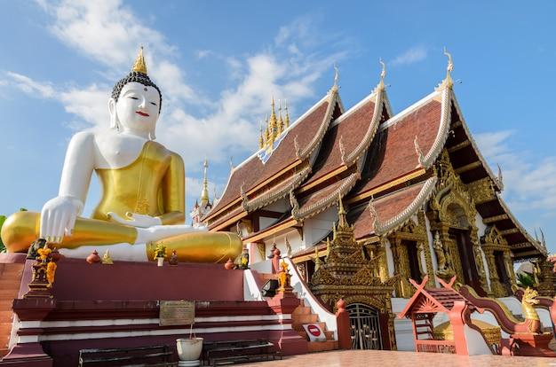Grande statue de bouddha au temple wat rajamontean à chiangmai en thaïlande