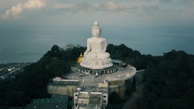 Grande statue de bouddha blanc au sommet du point de vue sur la montagne et destination historique à phuket