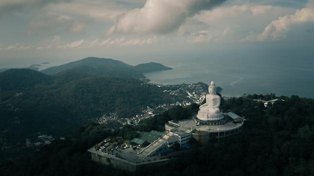 Grande statue de bouddha blanc au sommet du point de vue sur la montagne
