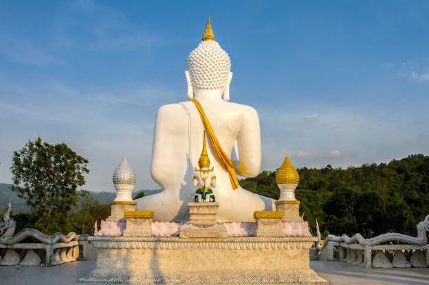 Grande statue de bouddha blanc en thaïlande
