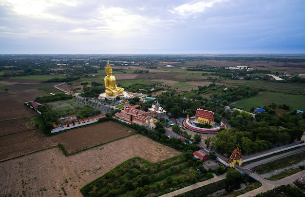 Grande statue de bouddha en or dans le temple de thaïlande / wat maung, province d'angthong, thaïlande.