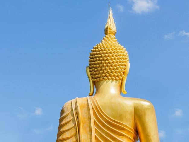 Grande statue de bouddha d'or dans le temple de la thaïlande