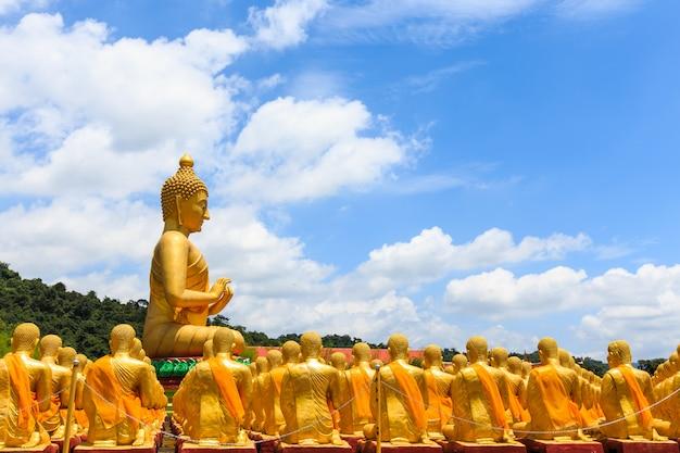 Grande statue de bouddha en or