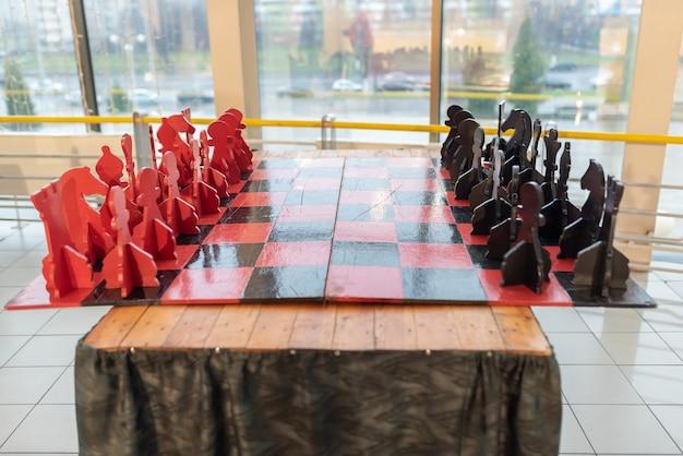 Grande table d'échecs en bois, sous forme composée. pour n'importe quel but.