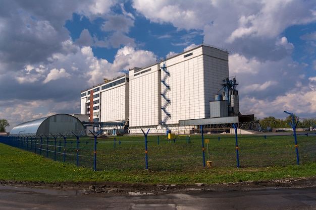 Une grande usine pour le traitement du grain.