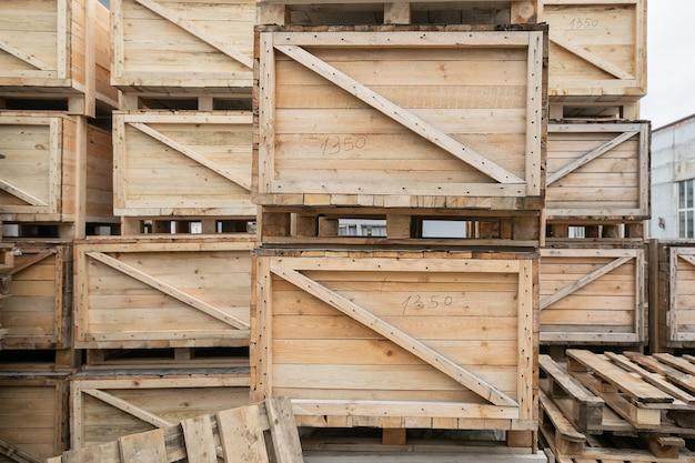 De grandes boîtes de marchandises dans un entrepôt en plein air en attente de transport