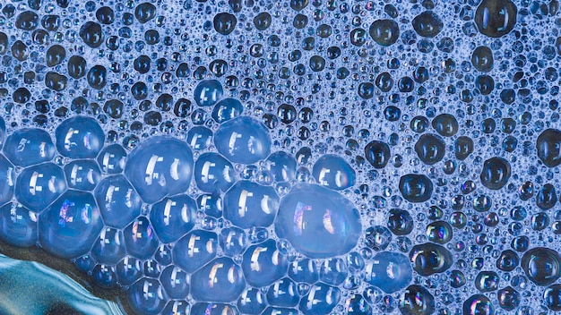 Grandes bulles bleues dans l'eau