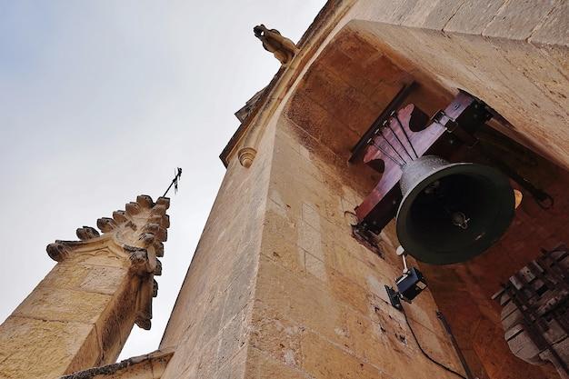 Grandes campagnes d'un clocher médiéval