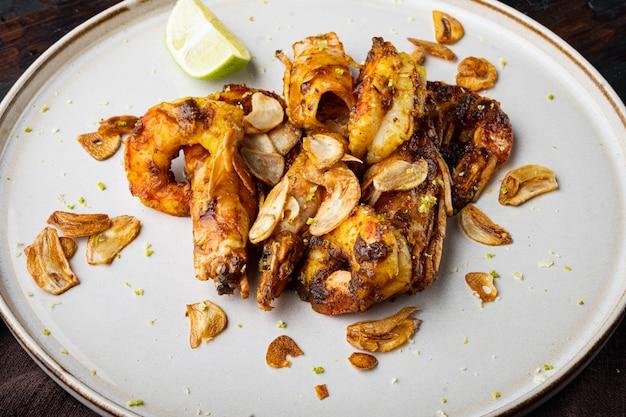 Grandes crevettes bbq grillées avec sauce à la mangue sucrée et curry, sur assiette