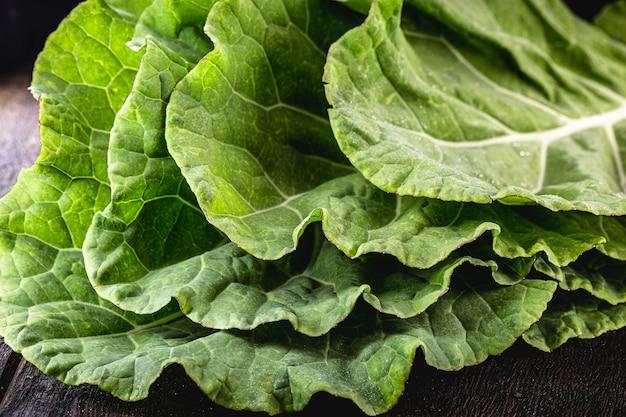 Grandes feuilles de chou frisé, en vrac et vertes, utilisées en cuisine.