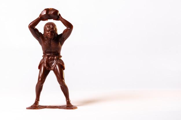 Grandes figures de jouets de peuples primitifs isolés sur blanc