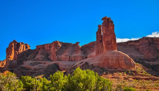Grandes formations de montagne érosives rouges multicolores dans l'utah, usa