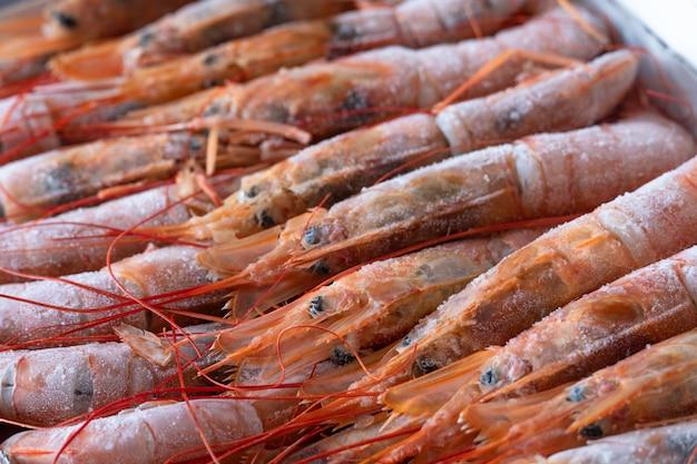 Grandes langoustines surgelées dans un emballage. fruit de mer.