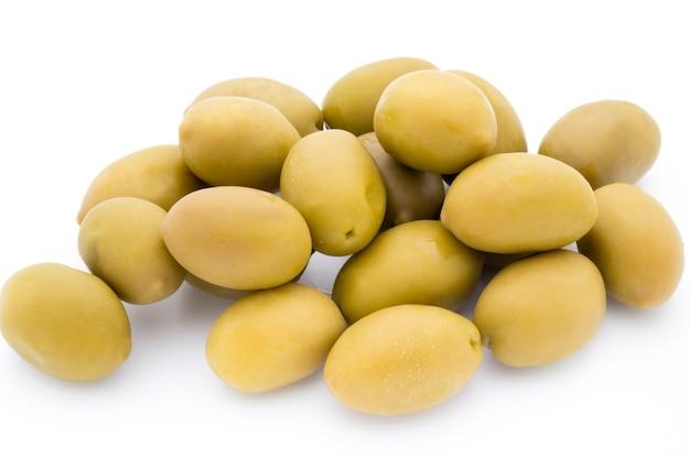 Grandes olives vertes sur blanc