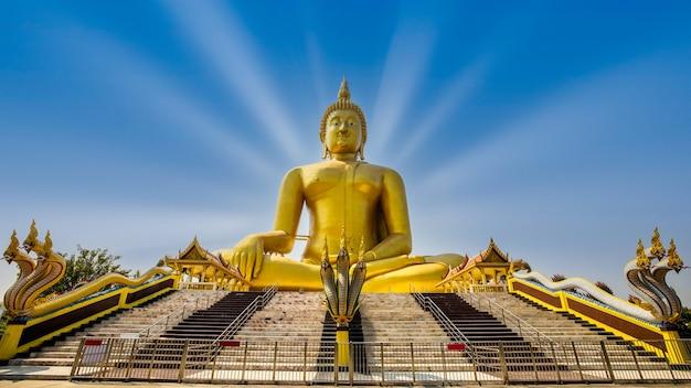 Grandes statues de bouddha d'or avec serpent à l'avant à ang thong thaïlande
