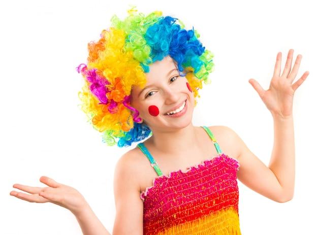 Grandhomme en perruque de clown isolé sur fond blanc