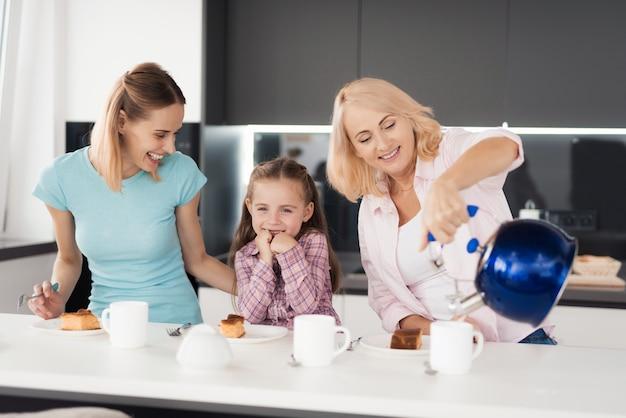 Grandmom hold kettle. les femmes à la tarte à la citrouille.