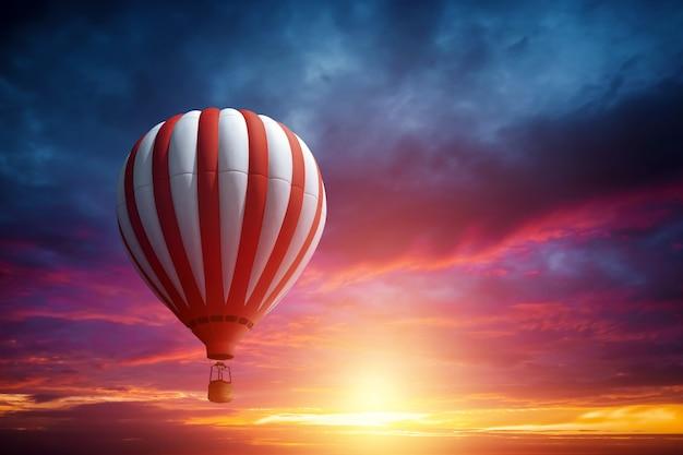 Grands ballons multicolores dans le ciel sur fond de beau coucher de soleil.