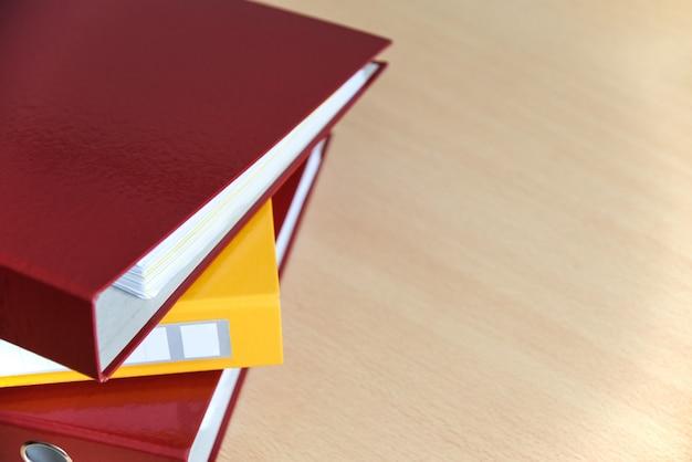 Grands dossiers de couleurs pour les documents sur la table au bureau, gros plan, espace de copie