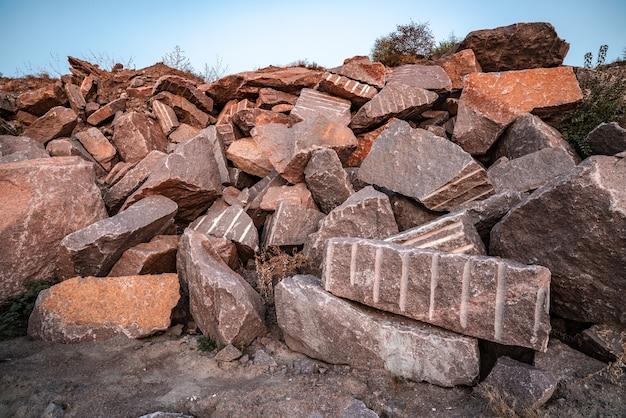 Grands gisements de matériaux en pierre à proximité d'une carrière minière