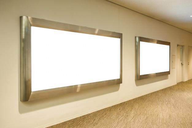 Grands panneaux d'affichage vierges horizontaux sur le couloir de l'aéroport