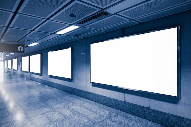 Grands panneaux publicitaires dans le métro