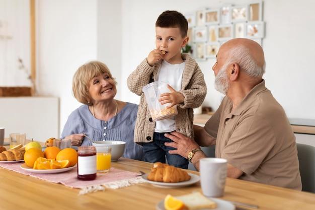 Grands-parents et enfant de tir moyen