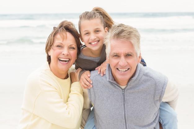Les grands-parents avec leur petite-fille