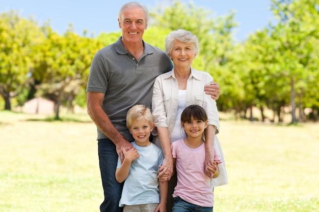 Grands-parents avec leurs petits-enfants dans le parc