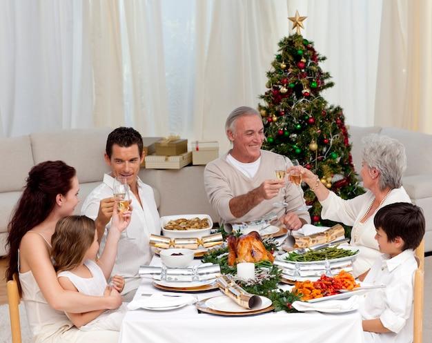 Les grands-parents et les parents en train de préparer un repas de noël