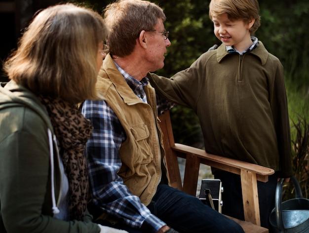 Grands-parents et petit-fils discutant ensemble au jardin