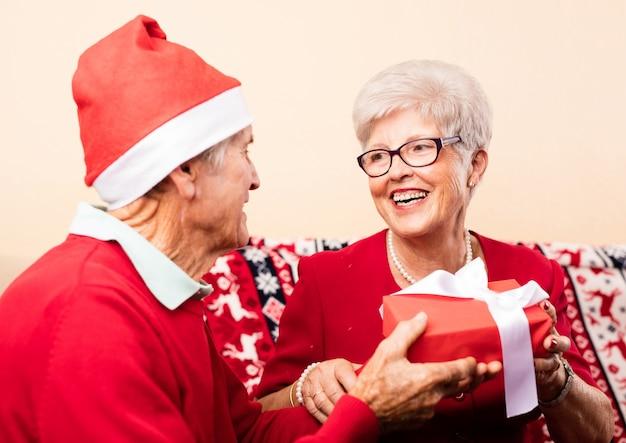 Les grands-parents qui donnent des cadeaux les uns des autres
