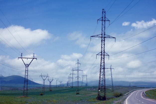 Grands poteaux en fer pour l'électricité