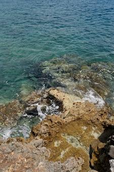 Grands rebords en pierre s'élevant de l'eau de mer