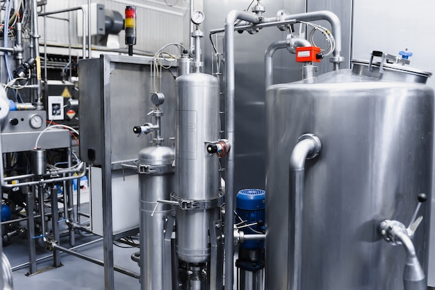 Grands réservoirs métalliques pour le filtrage et le traitement de l'eau potable du puits.